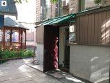 коричневая дверь с зеленым козырьком